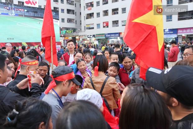 Cư dân HH Linh Đàm mua xôi gấc, luộc gà thắp hương cầu may cho U22 Việt Nam trong trận chung kết gặp Indonesia - Ảnh 3.