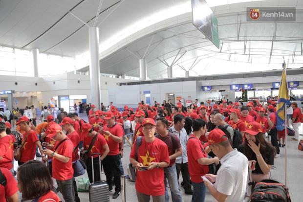 Hàng trăm CĐV nhuộm đỏ sân bay, lên đường sang Philippines tiếp lửa cho ĐT Việt Nam trong trận chung kết SEA Games 30 - Ảnh 14.