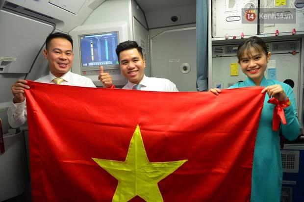 200 CĐV hát vang Quốc ca trên chuyến bay tới Philippines, một lòng hướng về U22 Việt Nam trong trận chung kết SEA games lịch sử - Ảnh 4.