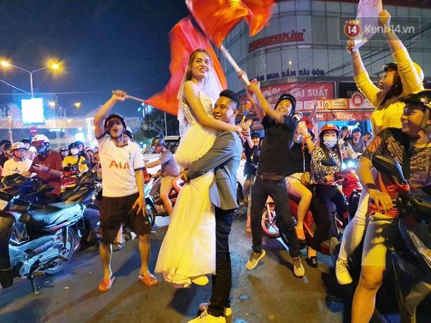 Cặp đôi Cần Thơ vừa đi bão vừa chụp ảnh cưới trong đêm ăn mừng U22 Việt Nam giành HCV SEA Games 30 - Ảnh 1.