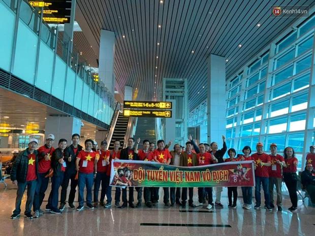 Hàng trăm CĐV nhuộm đỏ sân bay, lên đường sang Philippines tiếp lửa cho ĐT Việt Nam trong trận chung kết SEA Games 30 - Ảnh 11.