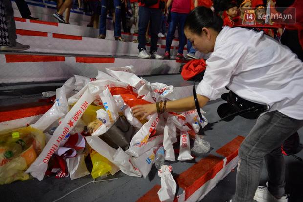 Hình ảnh đẹp: CĐV Việt Nam nán lại khán đài SVĐ Philippines để nhặt rác sau chiến thắng vàng của thầy trò HLV Park Hang Seo - Ảnh 5.