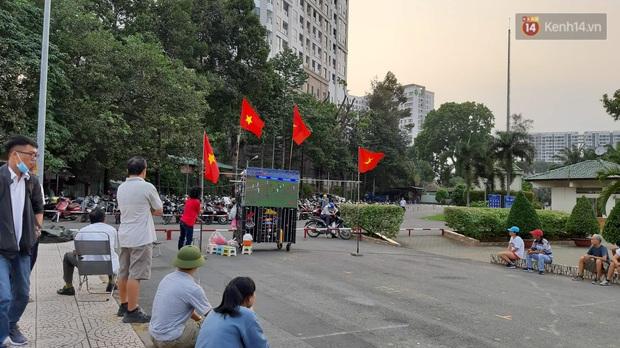 Người Sài Gòn mang tivi ra công viên xem và cổ vũ U22 Việt Nam đại chiến với Indonesia tại trận chung kết SEA Games 30 - Ảnh 1.