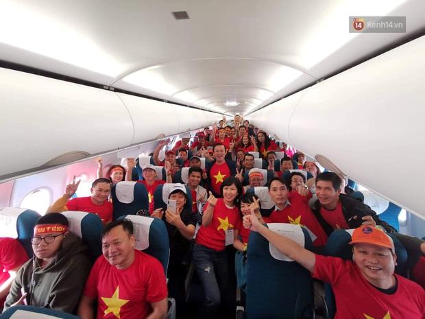Hàng trăm CĐV nhuộm đỏ sân bay, lên đường sang Philippines tiếp lửa cho ĐT Việt Nam trong trận chung kết SEA Games 30 - Ảnh 13.