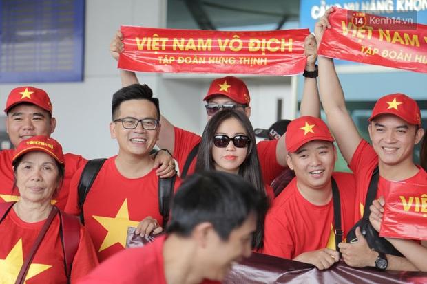 Hàng trăm CĐV nhuộm đỏ sân bay, lên đường sang Philippines tiếp lửa cho ĐT Việt Nam trong trận chung kết SEA Games 30 - Ảnh 16.