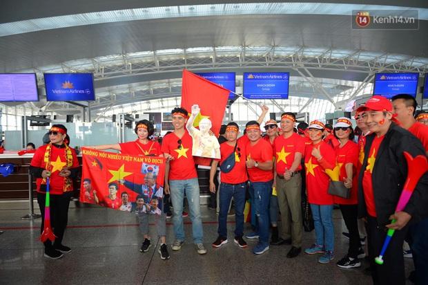 Hàng trăm CĐV nhuộm đỏ sân bay, lên đường sang Philippines tiếp lửa cho ĐT Việt Nam trong trận chung kết SEA Games 30 - Ảnh 2.