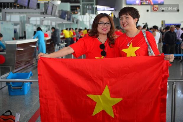 Hàng trăm CĐV nhuộm đỏ sân bay, lên đường sang Philippines tiếp lửa cho ĐT Việt Nam trong trận chung kết SEA Games 30 - Ảnh 6.