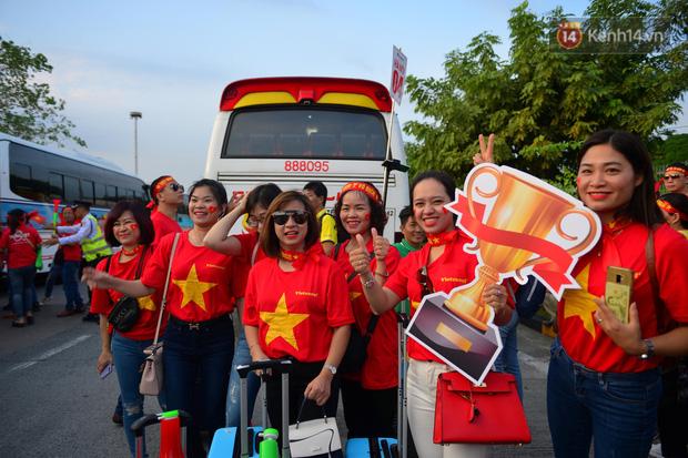 CĐV nhảy lên ăn mừng khi U22 Việt Nam chính thức chạm tay vào giấc mơ vàng sau khi giành chiến thắng 3 - 0 trước ĐT Indonesia - Ảnh 1.