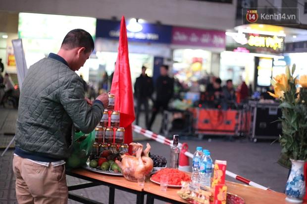 Cư dân HH Linh Đàm mua xôi gấc, luộc gà thắp hương cầu may cho U22 Việt Nam trong trận chung kết gặp Indonesia - Ảnh 2.