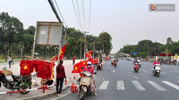 Người Sài Gòn mang tivi ra công viên xem và cổ vũ U22 Việt Nam đại chiến với Indonesia tại trận chung kết SEA Games 30 - Ảnh 3.