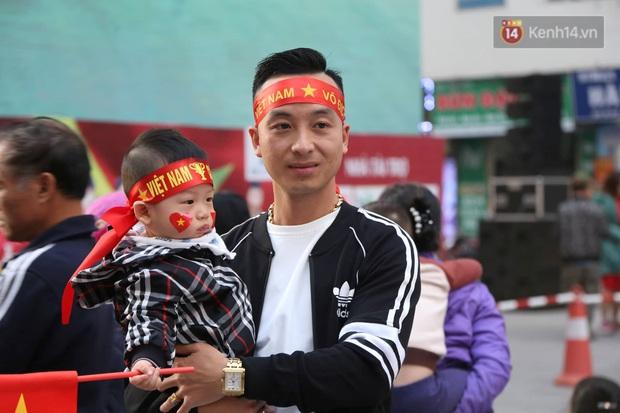 Cư dân HH Linh Đàm mua xôi gấc, luộc gà thắp hương cầu may cho U22 Việt Nam trong trận chung kết gặp Indonesia - Ảnh 5.
