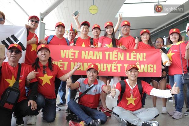 Hàng trăm CĐV nhuộm đỏ sân bay, lên đường sang Philippines tiếp lửa cho ĐT Việt Nam trong trận chung kết SEA Games 30 - Ảnh 15.