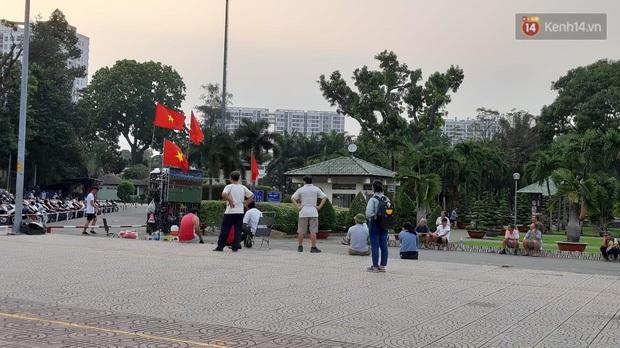 Người Sài Gòn mang tivi ra công viên xem và cổ vũ U22 Việt Nam đại chiến với Indonesia tại trận chung kết SEA Games 30 - Ảnh 2.