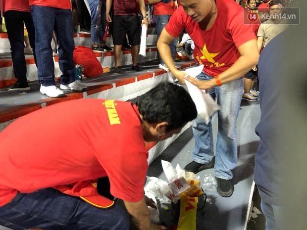 Hình ảnh đẹp: CĐV Việt Nam nán lại khán đài SVĐ Philippines để nhặt rác sau chiến thắng vàng của thầy trò HLV Park Hang Seo - Ảnh 6.