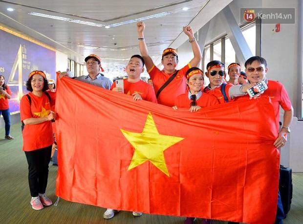 200 CĐV hát vang Quốc ca trên chuyến bay tới Philippines, một lòng hướng về U22 Việt Nam trong trận chung kết SEA games lịch sử - Ảnh 5.