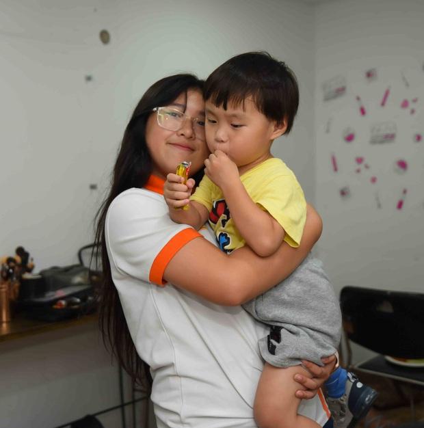 Bé Sa hiếu kỳ trước chú Trấn Thành, Quỳnh Trần JP bật khóc nhớ lại nỗi đau từng mất con - Ảnh 10.