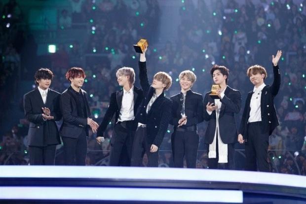 Nhìn lại 1 năm đại thắng của BTS: Lên ngôi ông hoàng với duy nhất 1 album, scandal không thể quật đổ ngai vàng Kpop - Ảnh 13.