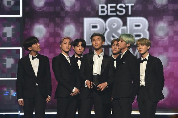 Nhìn lại 1 năm đại thắng của BTS: Lên ngôi ông hoàng với duy nhất 1 album, scandal không thể quật đổ ngai vàng Kpop - Ảnh 10.