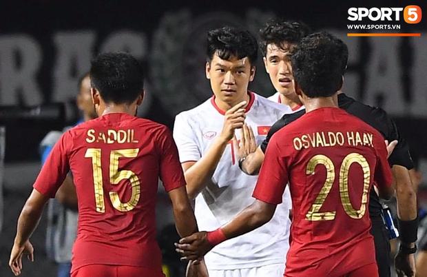 Cãi cùn với trọng tài, trai hư của Indonesia bị Thành Chung cho tắt điện - Ảnh 6.
