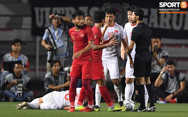Cãi cùn với trọng tài, trai hư của Indonesia bị Thành Chung cho tắt điện - Ảnh 2.