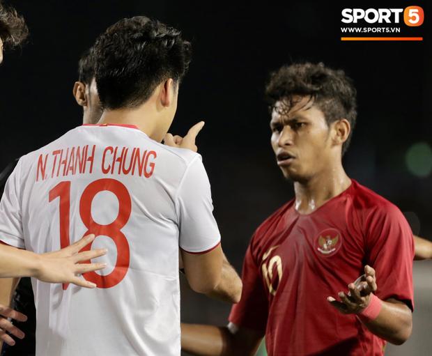 Cãi cùn với trọng tài, trai hư của Indonesia bị Thành Chung cho tắt điện - Ảnh 3.