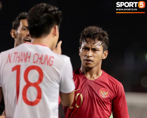 Cãi cùn với trọng tài, trai hư của Indonesia bị Thành Chung cho tắt điện - Ảnh 4.