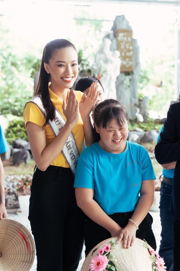 Hoa hậu Khánh Vân dễ thương hết mức, rạng rỡ đọ nhan sắc đời thường cùng hai Á hậu trong hoạt động đầu tiên sau đăng quang - Ảnh 3.