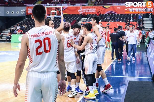 Chùm ảnh: Bật tung cảm xúc khi bóng rổ Việt Nam lần đầu giành tấm huy chương đồng tại SEA Games - Ảnh 1.