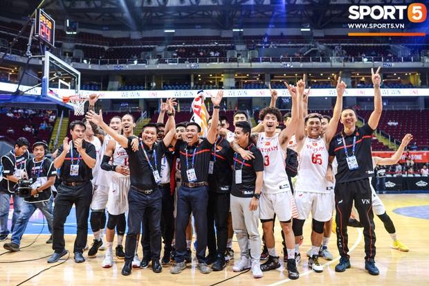 Chùm ảnh: Bật tung cảm xúc khi bóng rổ Việt Nam lần đầu giành tấm huy chương đồng tại SEA Games - Ảnh 9.