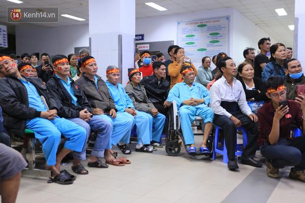 Hàng trăm bệnh nhân quên hết đau đớn, cháy hết mình cổ vũ đội tuyển U22 Việt Nam ngay trong bệnh viện - Ảnh 5.