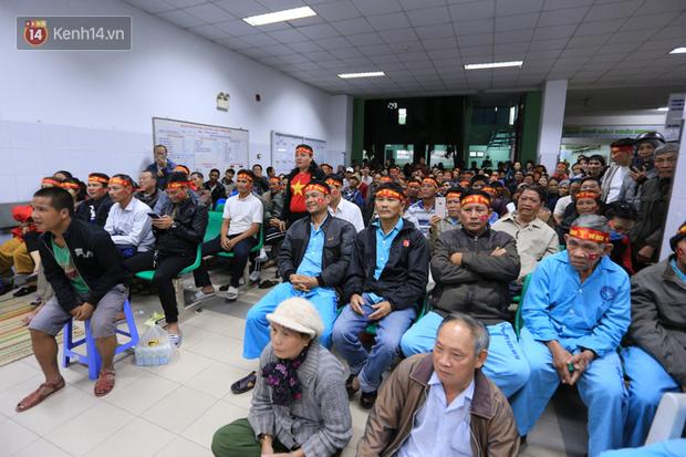 Hàng trăm bệnh nhân quên hết đau đớn, cháy hết mình cổ vũ đội tuyển U22 Việt Nam ngay trong bệnh viện - Ảnh 2.
