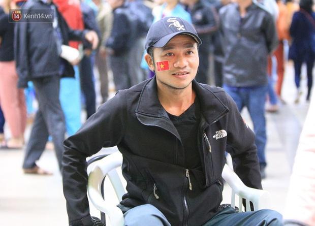 Hàng trăm bệnh nhân quên hết đau đớn, cháy hết mình cổ vũ đội tuyển U22 Việt Nam ngay trong bệnh viện - Ảnh 6.