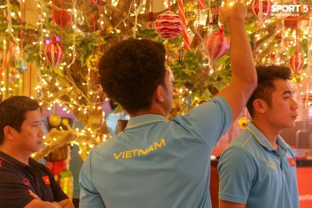 Đội tuyển U22 Việt Nam đã có mặt tại sân, sẵn sàng chinh phục tấm HCV SEA Games - Ảnh 16.