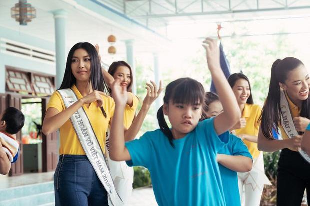 Hoa hậu Khánh Vân dễ thương hết mức, rạng rỡ đọ nhan sắc đời thường cùng hai Á hậu trong hoạt động đầu tiên sau đăng quang - Ảnh 10.