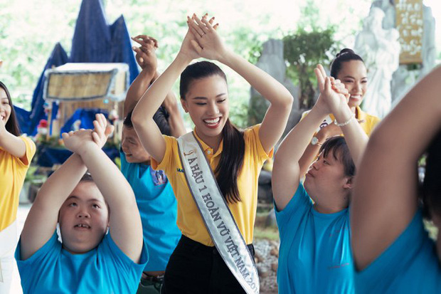 Hoa hậu Khánh Vân dễ thương hết mức, rạng rỡ đọ nhan sắc đời thường cùng hai Á hậu trong hoạt động đầu tiên sau đăng quang - Ảnh 9.