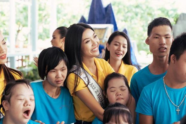 Hoa hậu Khánh Vân dễ thương hết mức, rạng rỡ đọ nhan sắc đời thường cùng hai Á hậu trong hoạt động đầu tiên sau đăng quang - Ảnh 4.