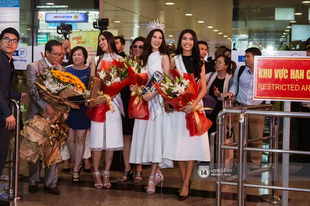 Tân Hoa hậu Hoàn vũ Khánh Vân cùng 2 Á hậu rạng rỡ trở về sau đăng quang, fan vây kín sân bay đón chào - Ảnh 1.