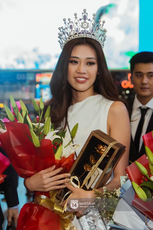 Tân Hoa hậu Hoàn vũ Khánh Vân cùng 2 Á hậu rạng rỡ trở về sau đăng quang, fan vây kín sân bay đón chào - Ảnh 9.