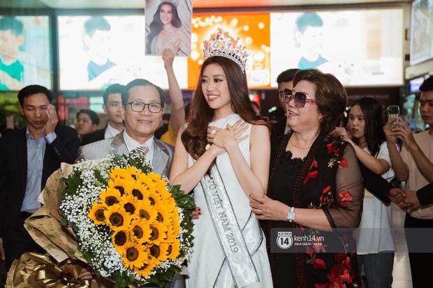 Tân Hoa hậu Hoàn vũ Khánh Vân cùng 2 Á hậu rạng rỡ trở về sau đăng quang, fan vây kín sân bay đón chào - Ảnh 21.