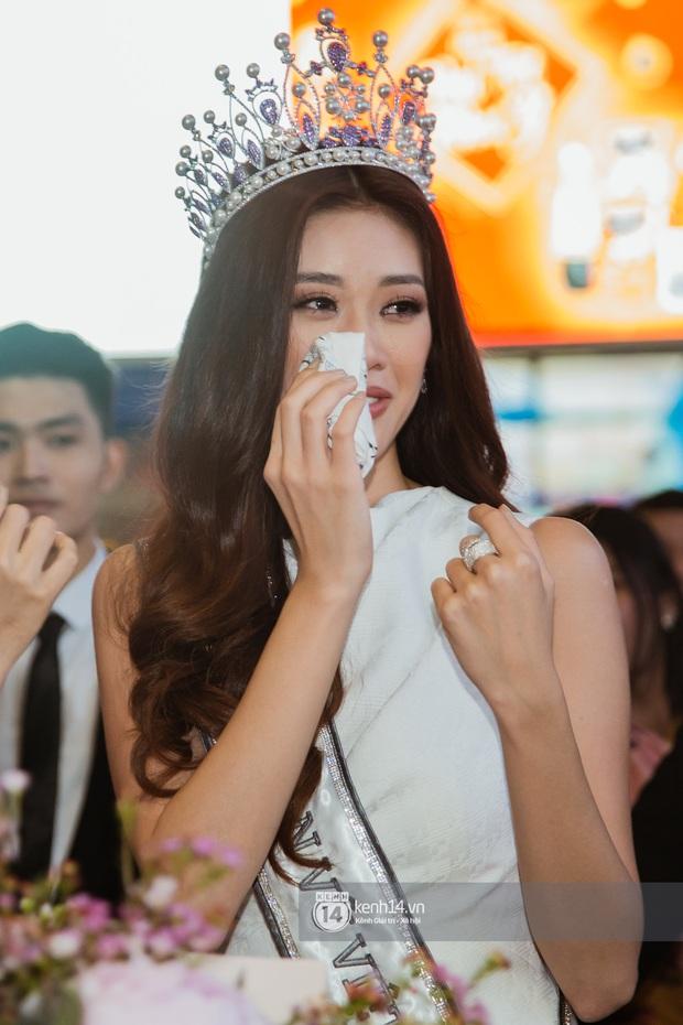 Tân Hoa hậu Hoàn vũ Khánh Vân cùng 2 Á hậu rạng rỡ trở về sau đăng quang, fan vây kín sân bay đón chào - Ảnh 8.