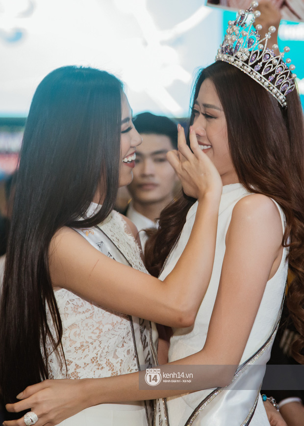 Tân Hoa hậu Hoàn vũ Khánh Vân cùng 2 Á hậu rạng rỡ trở về sau đăng quang, fan vây kín sân bay đón chào - Ảnh 7.