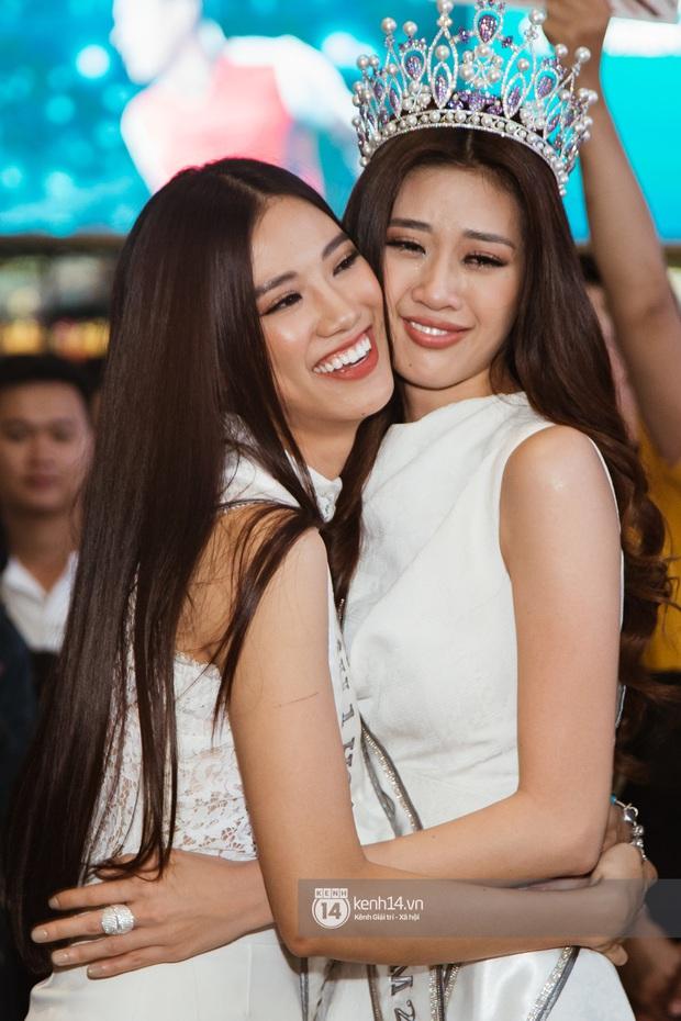 Tân Hoa hậu Hoàn vũ Khánh Vân cùng 2 Á hậu rạng rỡ trở về sau đăng quang, fan vây kín sân bay đón chào - Ảnh 6.