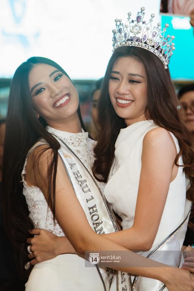 Tân Hoa hậu Hoàn vũ Khánh Vân cùng 2 Á hậu rạng rỡ trở về sau đăng quang, fan vây kín sân bay đón chào - Ảnh 5.