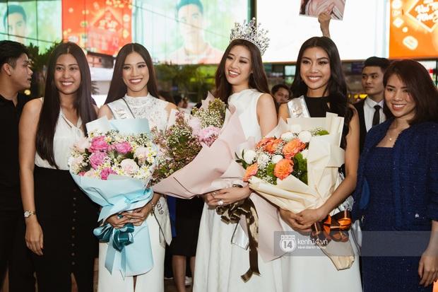 Tân Hoa hậu Hoàn vũ Khánh Vân cùng 2 Á hậu rạng rỡ trở về sau đăng quang, fan vây kín sân bay đón chào - Ảnh 4.