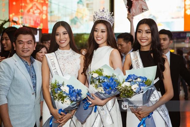 Tân Hoa hậu Hoàn vũ Khánh Vân cùng 2 Á hậu rạng rỡ trở về sau đăng quang, fan vây kín sân bay đón chào - Ảnh 2.