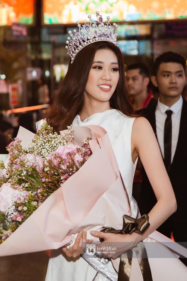 Tân Hoa hậu Hoàn vũ Khánh Vân cùng 2 Á hậu rạng rỡ trở về sau đăng quang, fan vây kín sân bay đón chào - Ảnh 13.