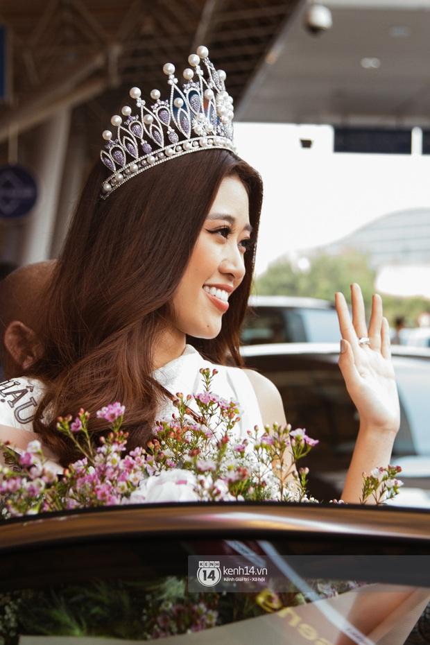 Tân Hoa hậu Hoàn vũ Khánh Vân cùng 2 Á hậu rạng rỡ trở về sau đăng quang, fan vây kín sân bay đón chào - Ảnh 12.