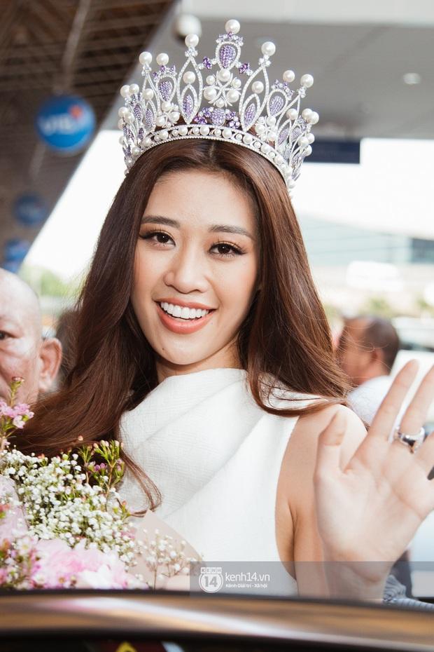Tân Hoa hậu Hoàn vũ Khánh Vân cùng 2 Á hậu rạng rỡ trở về sau đăng quang, fan vây kín sân bay đón chào - Ảnh 11.