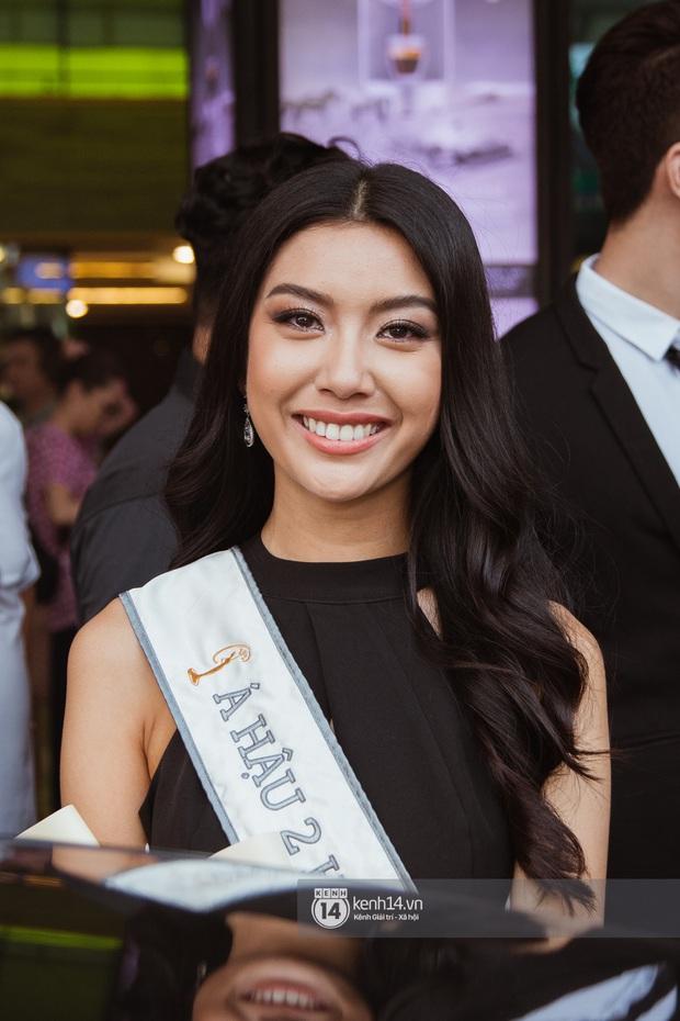 Tân Hoa hậu Hoàn vũ Khánh Vân cùng 2 Á hậu rạng rỡ trở về sau đăng quang, fan vây kín sân bay đón chào - Ảnh 18.