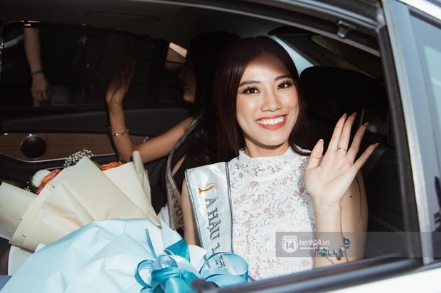 Tân Hoa hậu Hoàn vũ Khánh Vân cùng 2 Á hậu rạng rỡ trở về sau đăng quang, fan vây kín sân bay đón chào - Ảnh 16.
